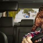Komoly szigorítás jöhet: tényleg semmire sem lehet majd használni az autóban a mobilokat