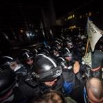 Orbán meccsen volt, miközben több ezren tüntettek ellene