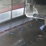 Videó: Szegény autós addig ügyeskedett, amíg az egész kocsimosót lerombolta