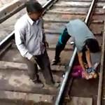 Egy baba a vonat alá esett Indiában, csodával határos módon túlélte