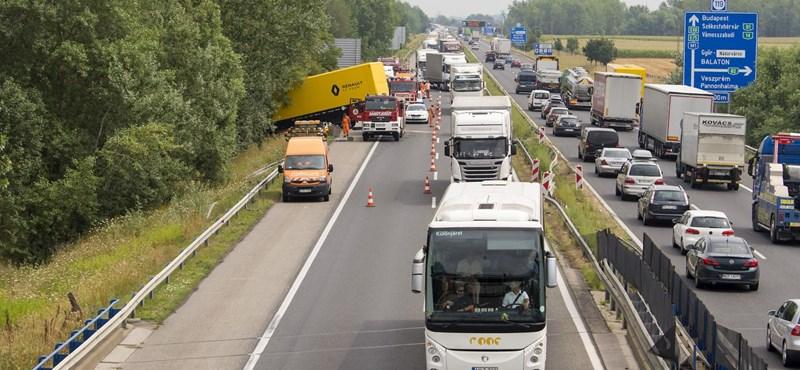 Három balesetben nyolc autó ütközött az M1-esen, torlódásra kell számítani