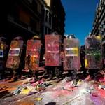 Tömegtüntetések vannak Barcelonában, festékkel dobálták a rendőröket – fotók