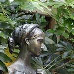 Kifényesedett mellei miatt cserélik le a Júlia-szobrot