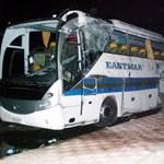 Magyarok tragédiája: egyiptomi rendőrök hallgatják ki a sofőrt