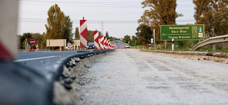 Egy 4000 tonnás szikla hullott az autópályára, de nem szedik le róla, inkább kikerülik