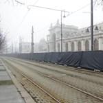 Fekete lepellel fedett kerítést vontak a Várkert Bazár köré Orbán évértékelője miatt