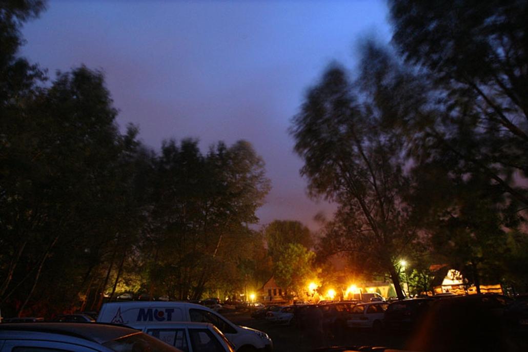 A vihar miatt két óráig nem voltak programok a Hegyalja Fesztiválon, a főbb színpadokat mind felkészítették az erős szélre. Az este kilenc körül érkező vihar miatt fél óráig esett az eső, de ez végül nem jelentett nagyobb fennakadást - csúszásokkal, nagyszínpad nélkül, de folytatódott a fesztivál.