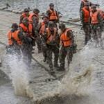 Fotók: Pontonhidat ácsoltak a Tiszán