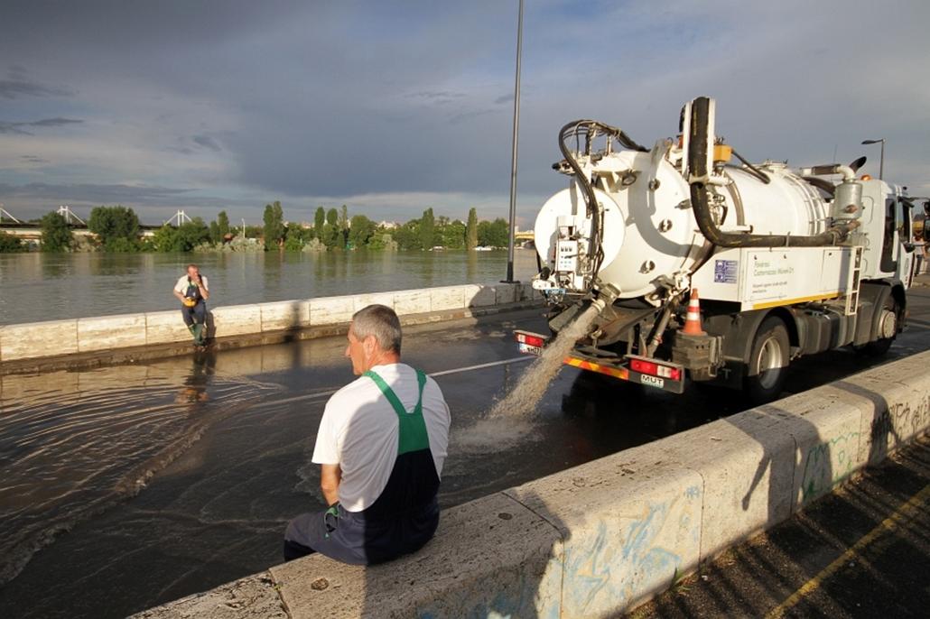 13.06.08.!!! - Margit híd - esőzések utáni áradat a híd alatt hejj, a hííd alatt. végül megjöttek a Csatornázási Művek járművei - árvíz 2013