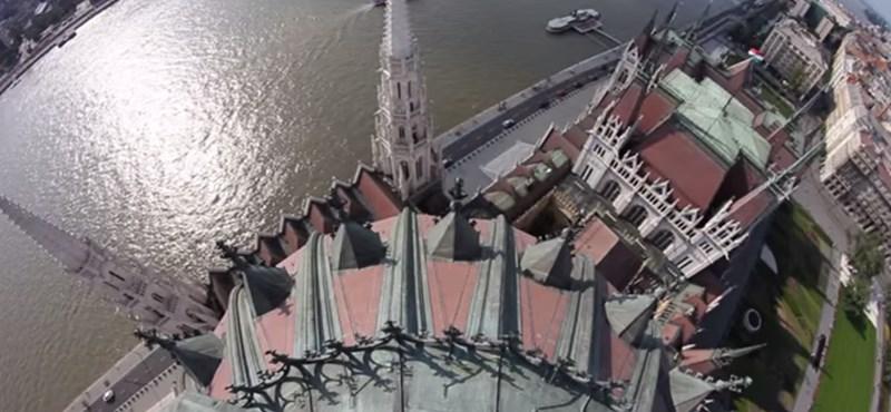 A Parlament tetejére mászott és rendkívüli videót készített a magyar pókember