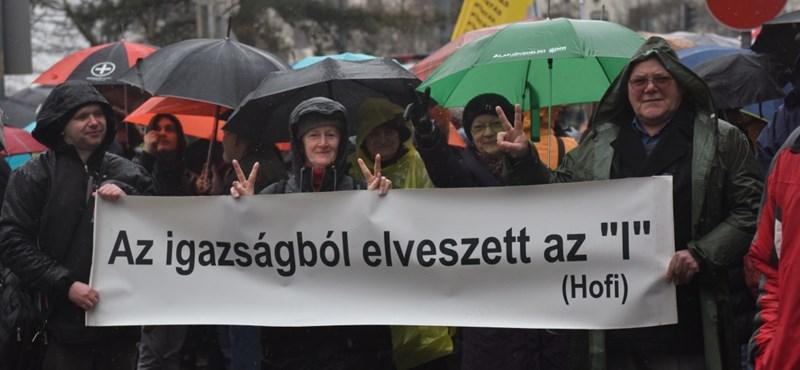 Ezrek vonultak az utcára az oktatás megmentéséért