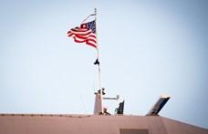 Lemondott az amerikai haditengerészet vezetője, mert kirúgott egy, a járvány miatt aggódó kapitányt