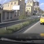 Úgy megsértődött egy autós a rádudálóra, hogy kilométereken át büntetőfékezgetett előtte – videó