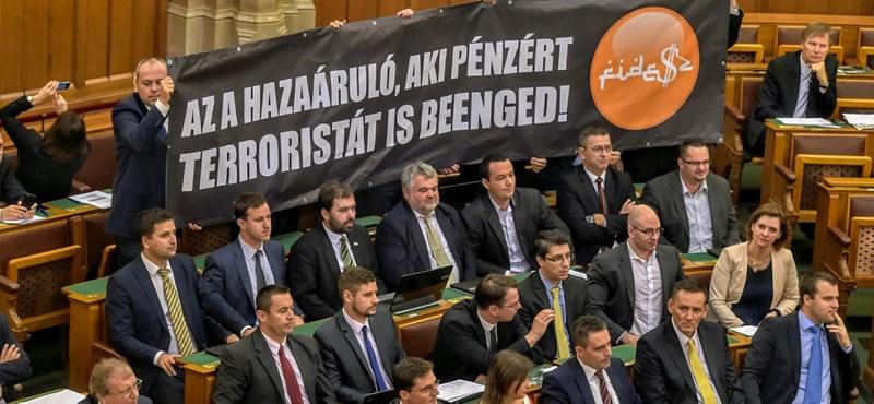 Arabosított Fidesz-logóval akciózott az alkotmánymódosítás szavazásán a Jobbik