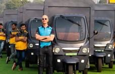 Büszkén feszít Jeff Bezos elektromos riksahadserege élén