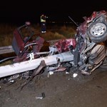 Két halott a kettészakadt autóban - szörnyű balesetfotókat tettek közzé