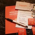 A fideszes Menczer Erzsébet is betoppant a nyugdíjasok karácsonyára ajándékot osztani