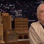 John Cleese lerajzolta a Brooklyn hidat, 21,3 milliárd forintnyi dollárt akar érte