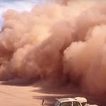 Ilyet ritkán látni: így landol egy óriási repülőgép a sivatagban – videó