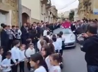 Gyerekek vontatta Porschén érkezett az új plébános Máltán