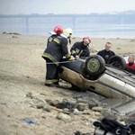 Fotók: Olyan alacsony a vízállás, hogy kibukkant egy autó a Dunából
