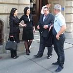 Fotó: Az MSZP ügyeletet tart a választási iroda előtt