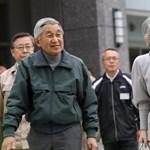 Rengetegen köszöntötték a leköszönni kívánó császárt születésnapján Japánban