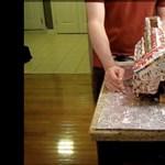 Ezt a mézeskalácsházat csak nagy erőkkel lehet felfalni (videó)