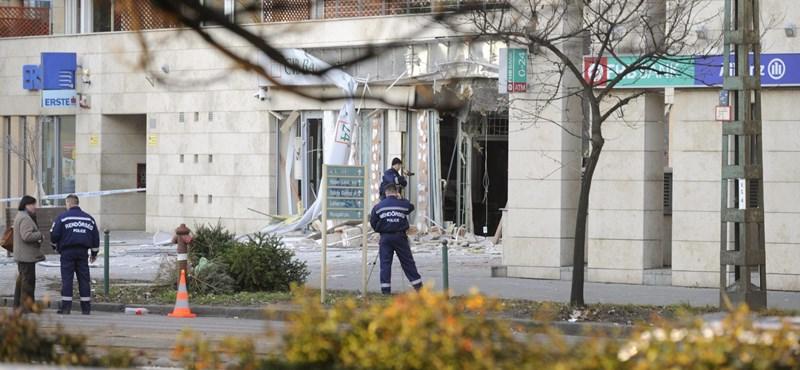 Bedeszkázzák a felrobbantott bank kirakatát
