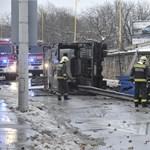 Fotókon a Budaörsi útra zuhant tréler