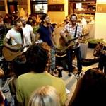 Utcára kerültek a magyar popsztárok