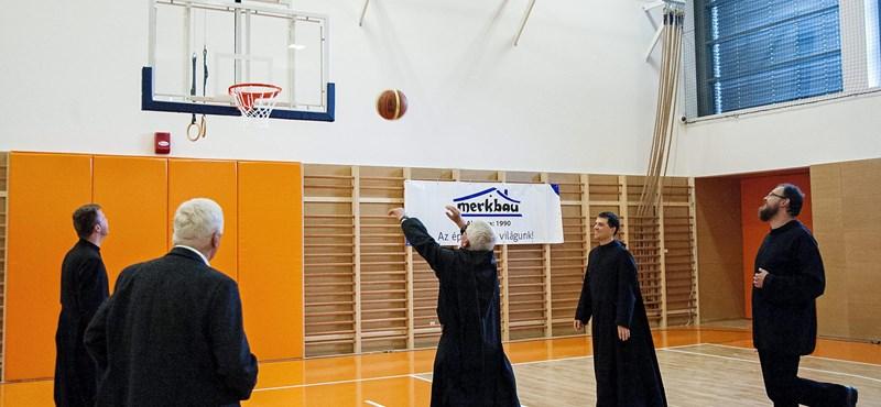 Jót kosaraztak a papok Pannonhalmán – fotók
