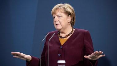 Autó csapódott Angela Merkel hivatalába