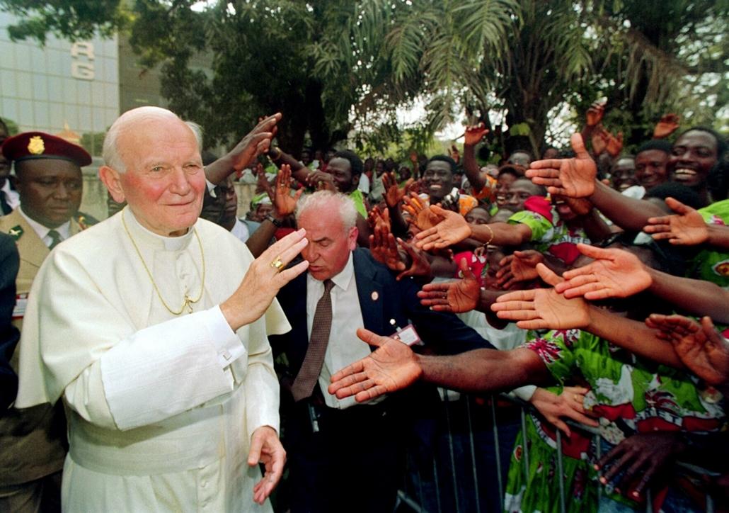 afp.92.02.24. - Conakry, Guinea: a szentatya köszönti a tömegt  az 54. Nemzetközi lelkipásztori látogatáson  - ,II. János Pál pápa