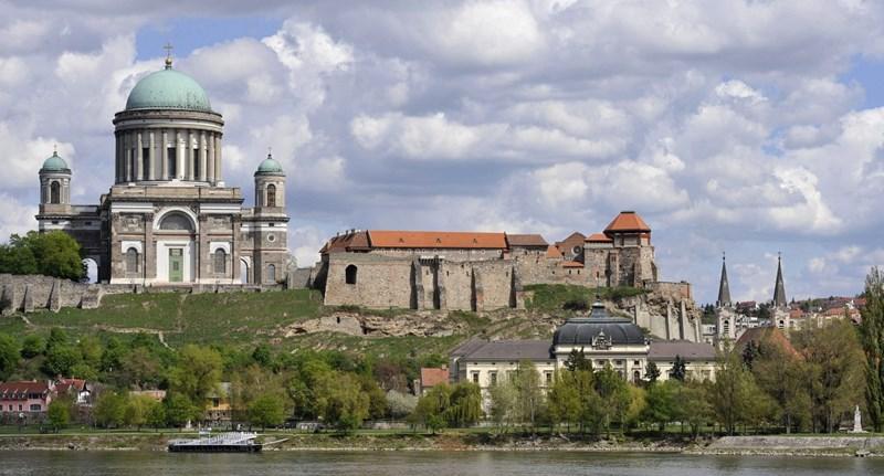 Újabb ingyenes vagyonátadás: az egykori esztergomi királyi székhelyet az egyház viheti az államtól