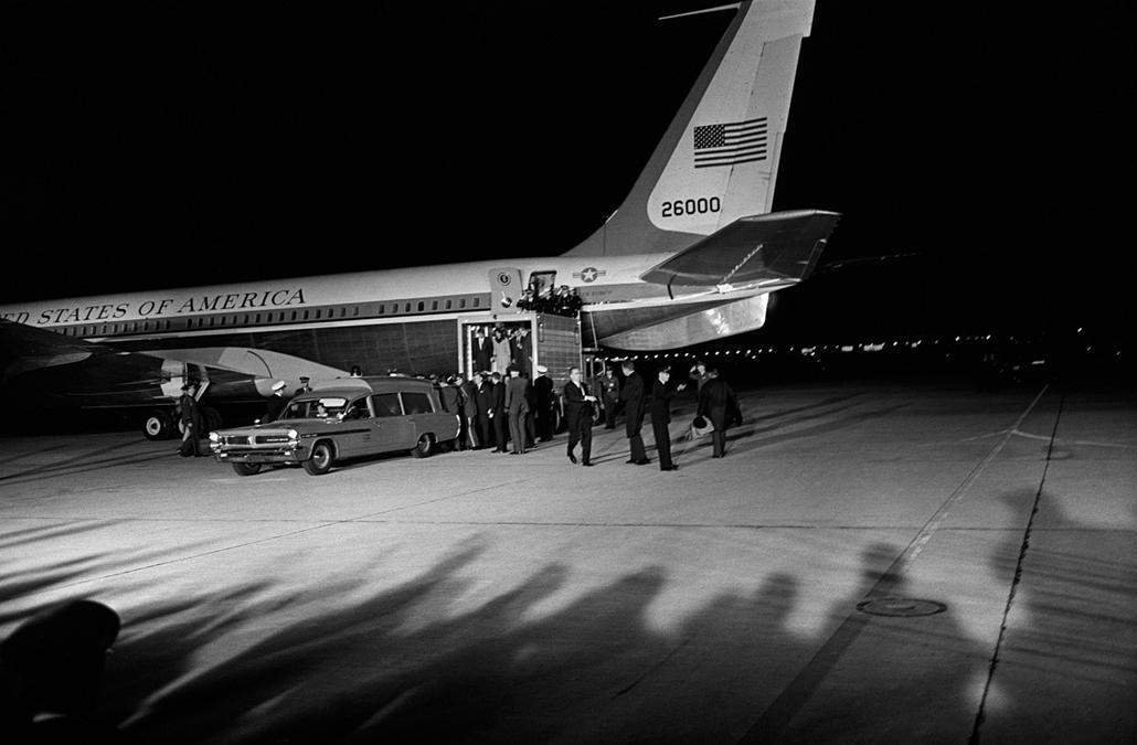 1963.11.22. - Andrew's légi támaszpont, Dallas, USA: katonai mentő várja Kennedy holttestét. A képen Jacqueline Kennedy száll ki épp az Air Force One, utána Bethesda hadintgerészeti kórházba mentek, boncolás. - John F. Kennedy, John Fitzgerald Kennedy