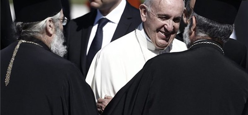 Menekülteket vitt magával a pápa Leszboszról a Vatikánba