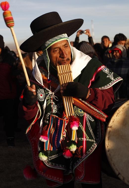 a zene világnapja nagyítás - Tiwanaku, Bolívia - ajmara zenész játéka hangszerén