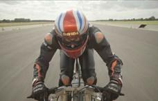 280 km/h-val tekert egy bringás - videó