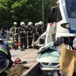 Fotók: Hatvanéves nőt húztak ki élve a felismerhetetlenre tört Renault-ból