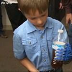 A legszebb karácsonyi ajándékot adta egy főiskola a kisfiúnak, aki kézfej nélkül született