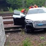 Pancser tolvajok: tehervagonról leugratott Audik ragadtak a sínek között