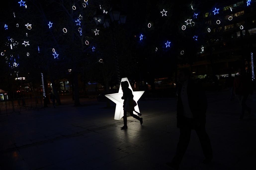 afp. nagyításhoz - égők, karácsonyi dekoráció, fények, fényfüzér, advent - Athén, Görögország