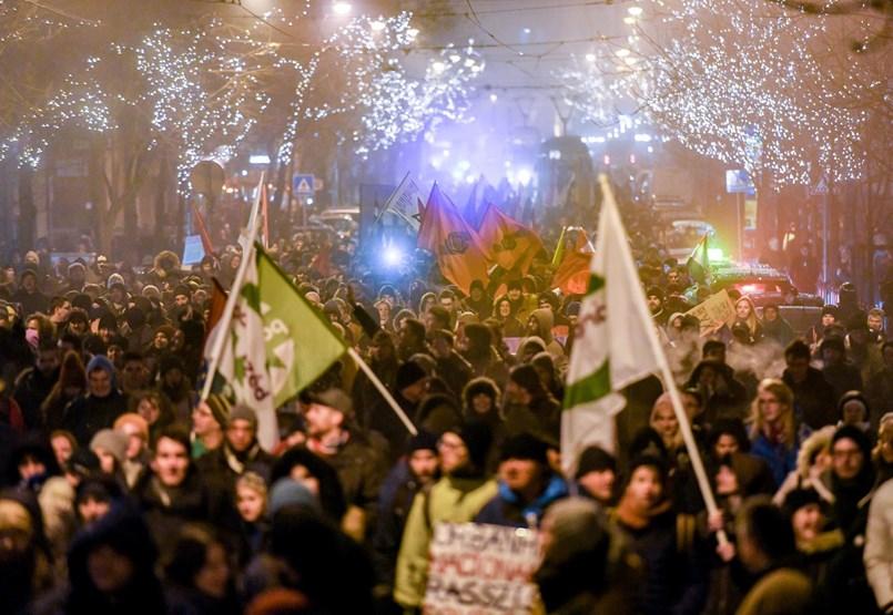 Hidakat keresve vonul több ezer tüntető Budapesten - percről percre