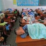 A nap képe: iskolapadok tetején alszanak a kínai diákok