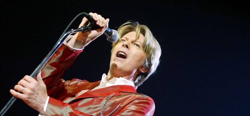 És azt ismerik, amikor David Bowie az asztal alá bújt Roger Moore elől?