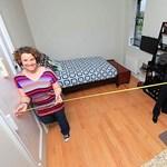 Így fér el két fiatal egy 10 négyzetméternyi lakásban