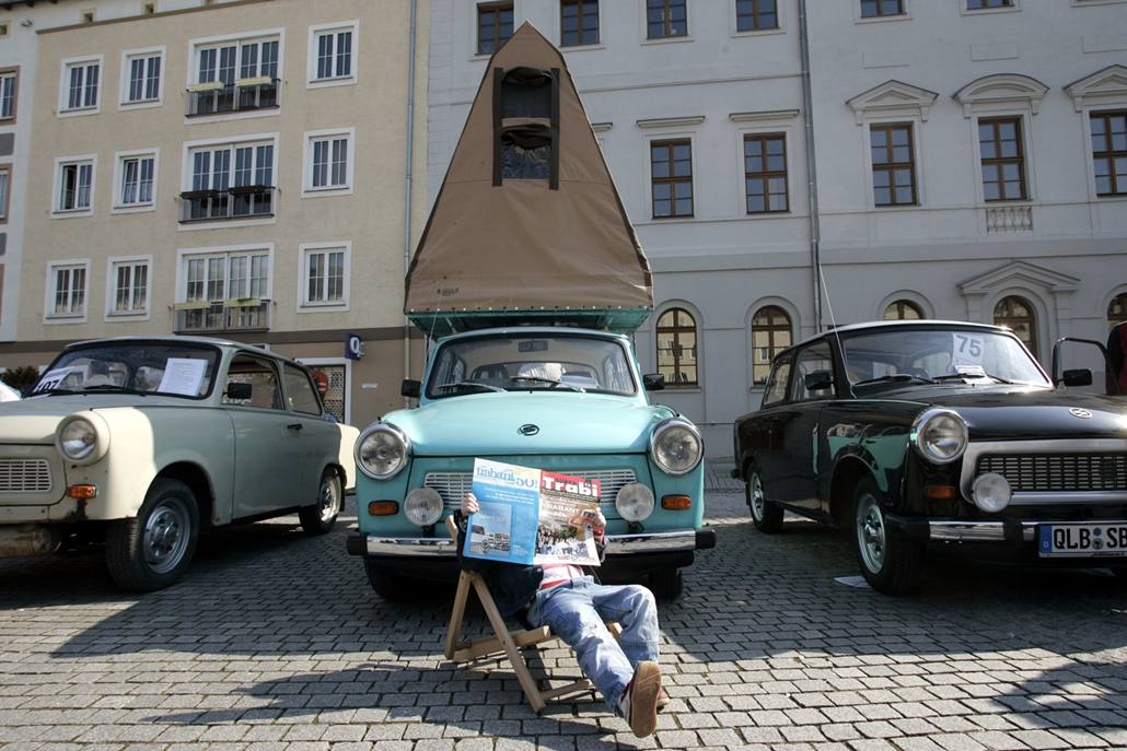 afp.07.04.01. - Trabant találkozó Dessauban. Trabi magazin és sátor a kedvenc autó tetején