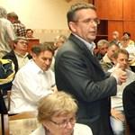Papcsáknak nincs köze a sertéstelephez, de ott volt a lakossági fórumon
