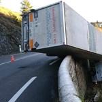 Elképesztó fotó egy kamionról, ami egy szakadék szélén hintázott